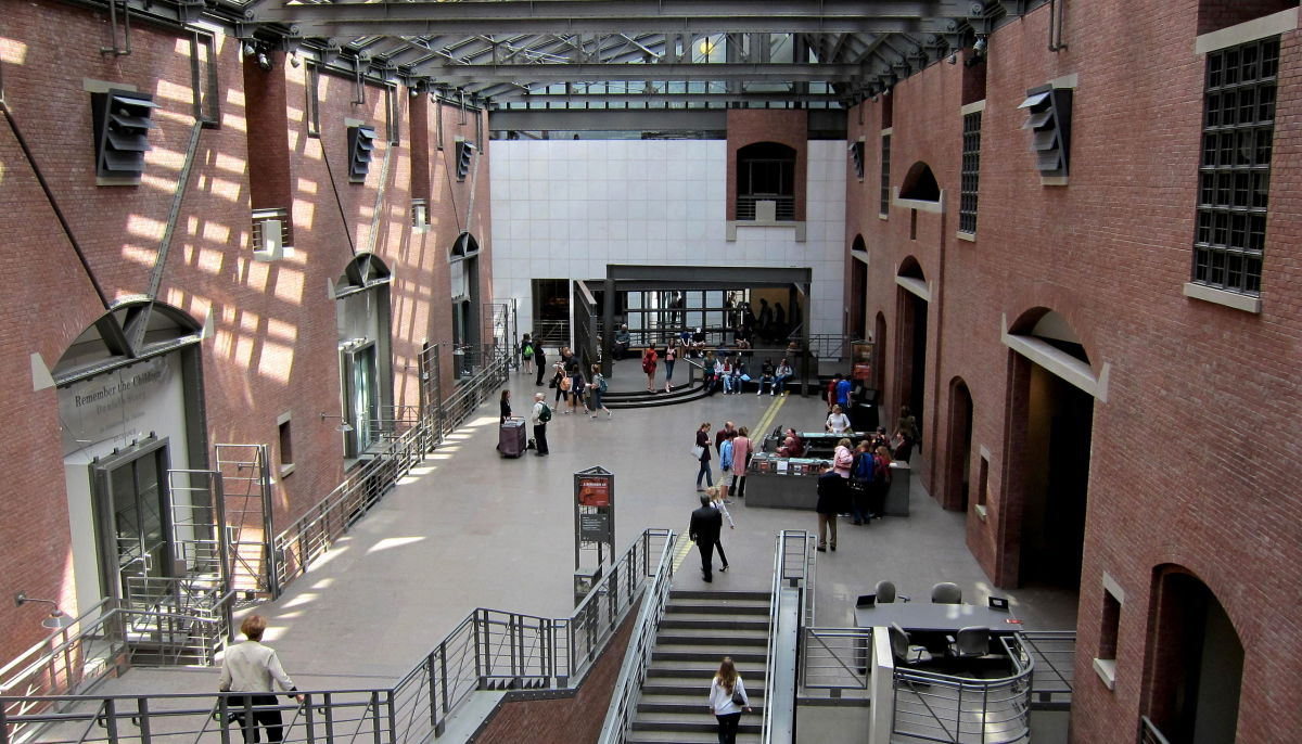 Interior of the United States Holocaust Memorial Museum, located south of the National Mall, on 14th Street in Washington, D.C. (Photo: AgnosticPreachersKid/Wikimedia Commons)