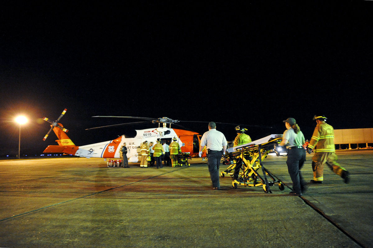 A helicopter crew medevac survivors from Deepwater Horizon after the explosion. (Photo: U.S. Coast Guard/Public Domain)