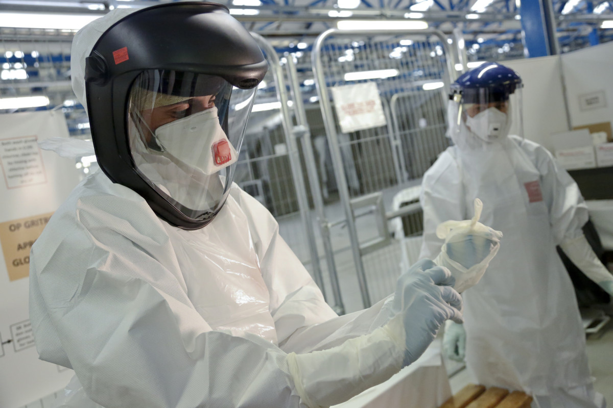 Medics are trained on how to put on Ebola safety suits. (Photo: DFID - UK Department for International Development/Flickr)
