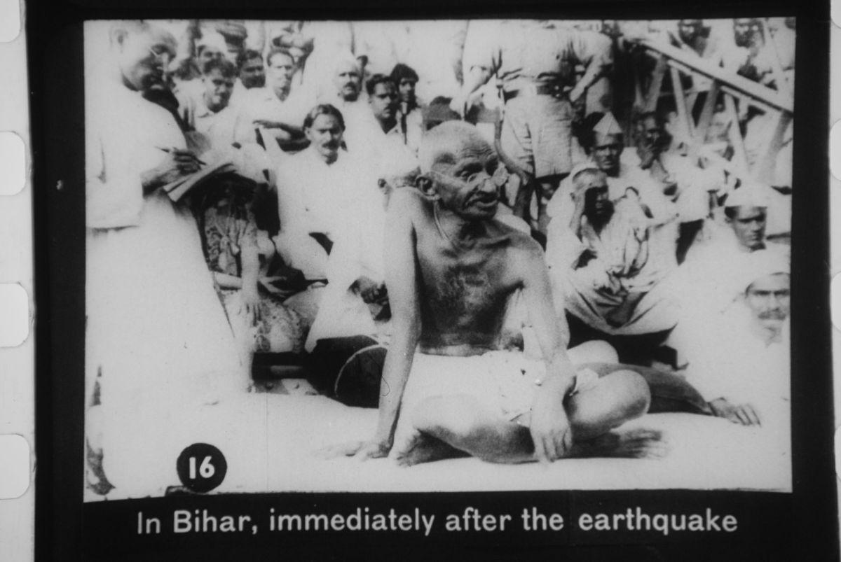 Mahatma Gandhi visits Bihar after the 1934 earthquake. (Photo: Public Domain)