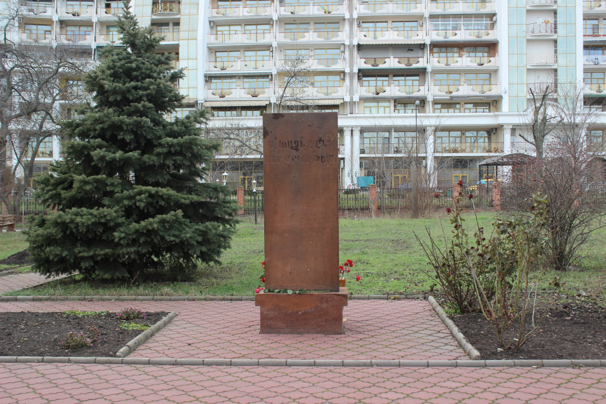 The khachkar in memory of 1988 Armenian earthquake victims. (Photo: Aschroet/Wikimedia Commons)
