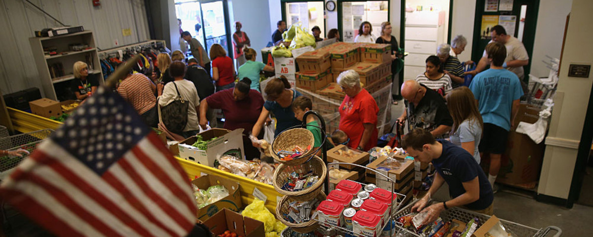 Low-income residents select fresh bread and produce at the Community Food Bank of New Jersey on August 28, 2015. (Photo: John Moore/Getty Images)