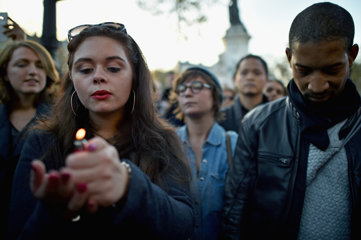 Members of the public observe a silence at Place de la Republique in Paris, France. (Photo: Jeff J Mitchell/Getty Images)