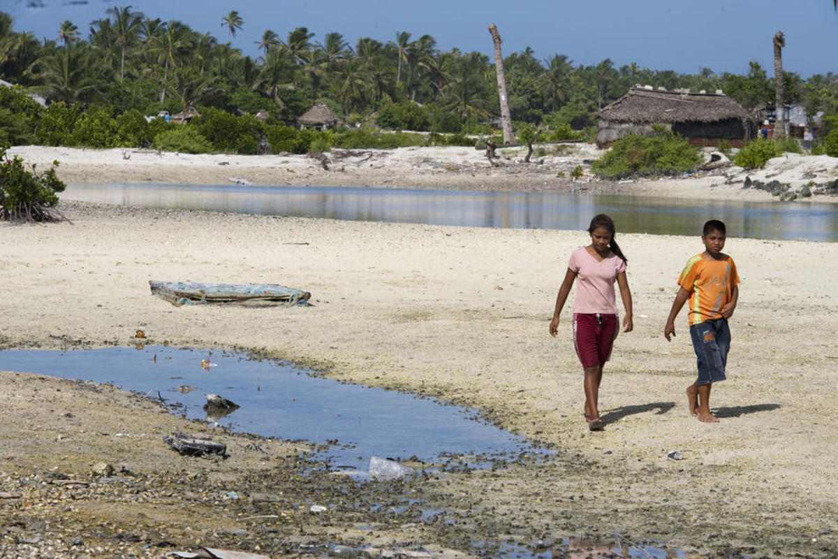 Locals in Tebikenikora, a village in low-lying Kiribati. (Photo: Eskinder Debebe/United Nations)