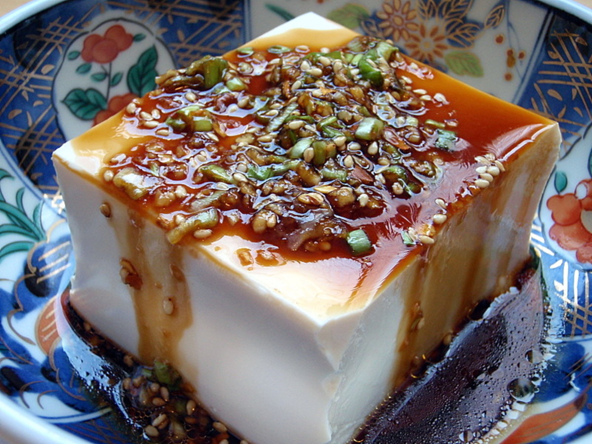 Warm tofu with garlic sauce. Not a manly dish. (Photo: Wikimedia Commons)