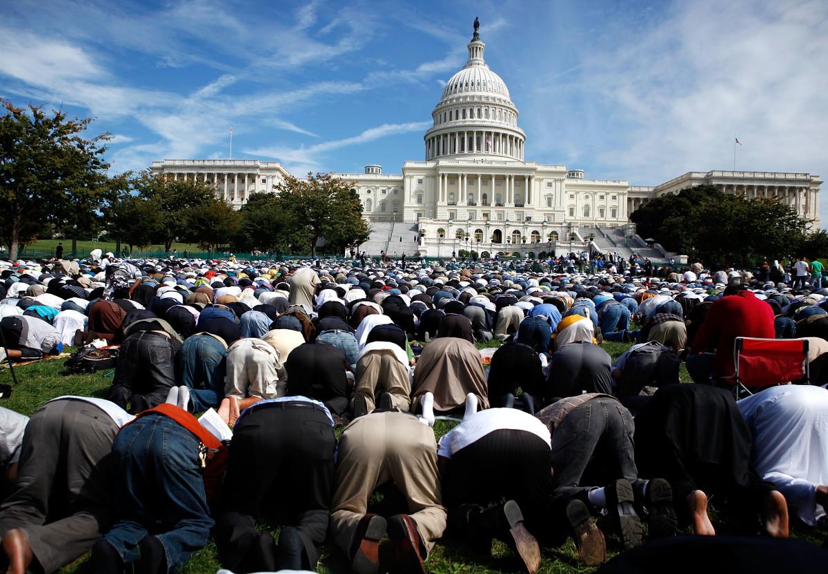 Muslims say a prayer during the Islam on Capitol Hill 2009 event at the West Front Lawn of the U.S. Capitol on September 25, 2009, in Washington, D.C. (Photo: Alex Wong/Getty Images)