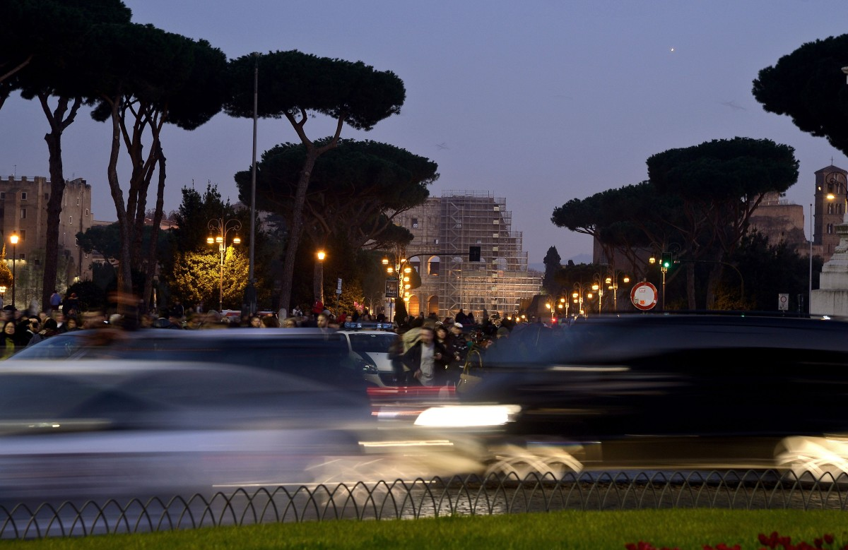Cars drive past the Piazza Venezia off the Colosseum in Rome. (Photo: Filippo Monteforte/AFP/Getty Images)