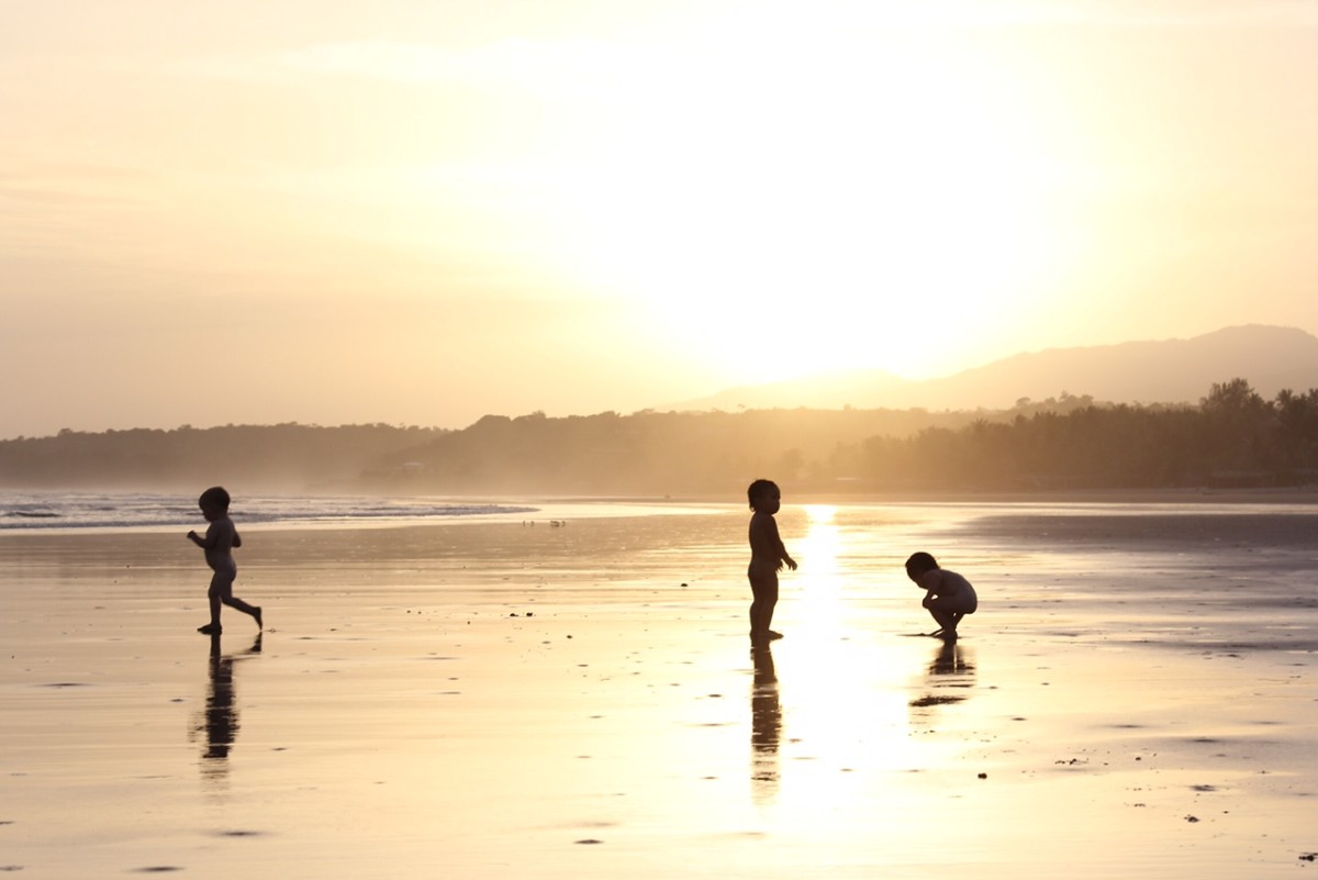 Jasper, Veda, and Nami playing on the beach in El Salvador. (Photo: Jeff Den Broeder)