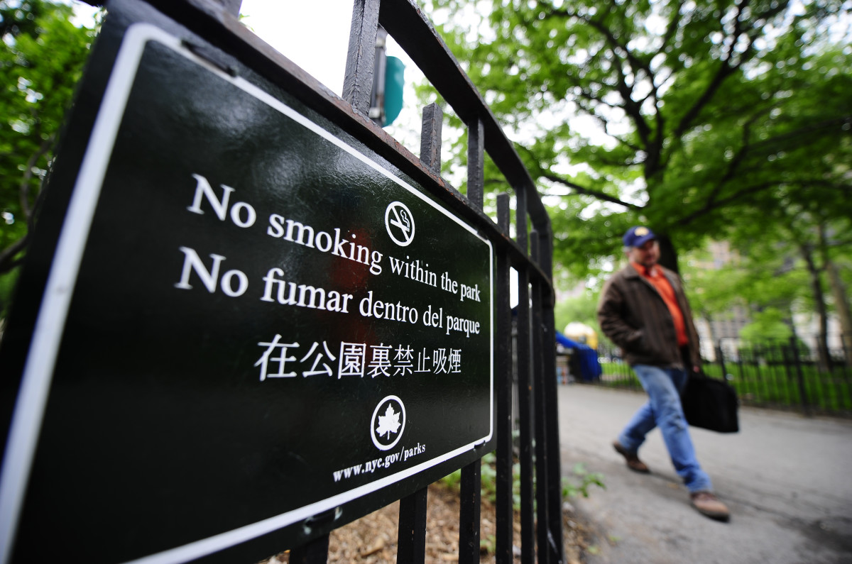 A sign announcing no smoking within the park is set up at the entrance of Lower Manhattan's Battery Park in New York City. (Photo: Emmanuel Dunand/AFP/Getty Images)