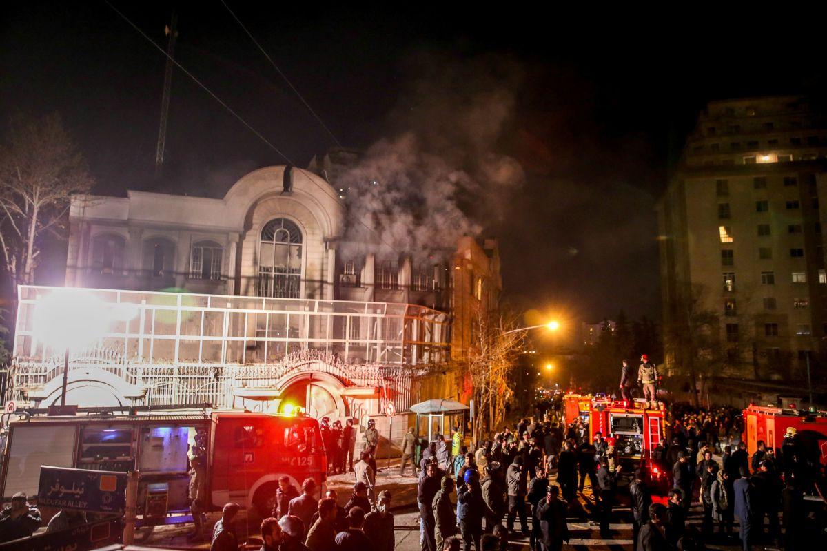 Iranian protesters set fire to the Saudi Embassy in Tehran during a demonstration against the execution of prominent Shiite Muslim cleric Nimr al-Nimr by Saudi authorities, on January 2, 2016. (Photo: Mohammadreza Nadimi/AFP/Getty Images)
