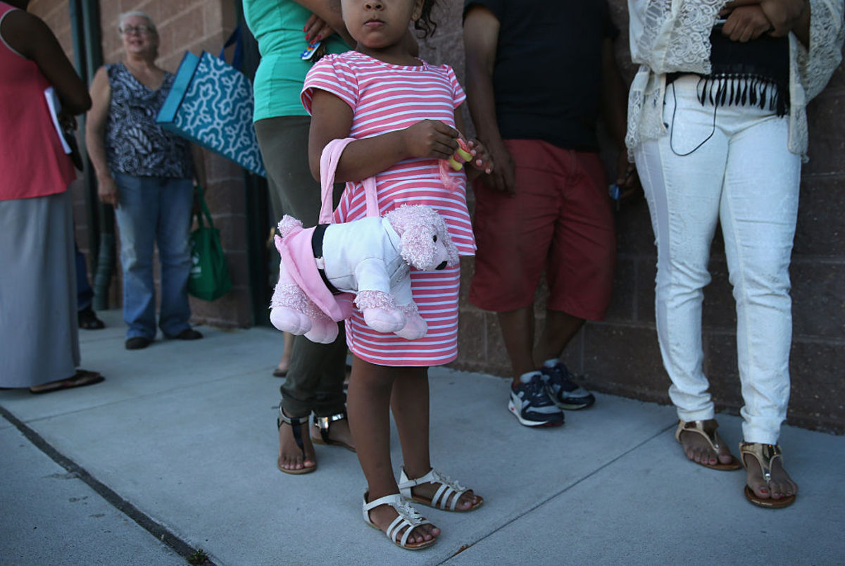 People stand in line to receive fresh bread and produce at the Community Food Bank of New Jersey on August 28, 2015, in Egg Harbor, New Jersey. (Photo: John Moore/Getty Images)