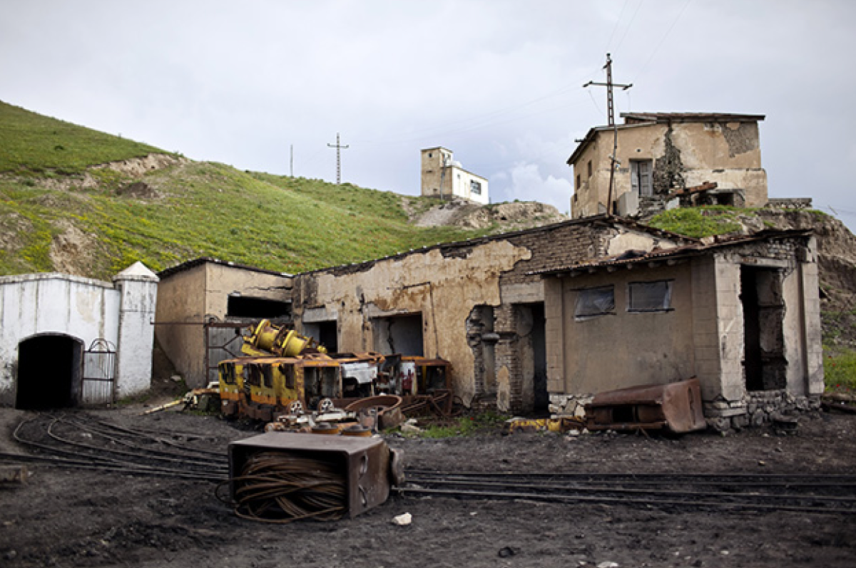 The Karkar Valley coal mines in Puli Khumri, Afghanistan.  (Photo: Benjamin Lowy/Getty Images)