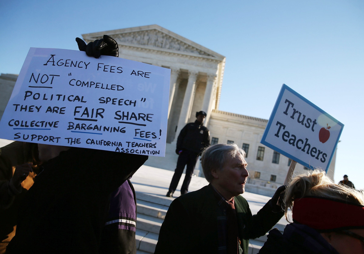 People for and against unions hold up signs in front of the Supreme Court building on January 11, 2016, in Washington, D.C. (Photo: Mark Wilson/Getty Images)