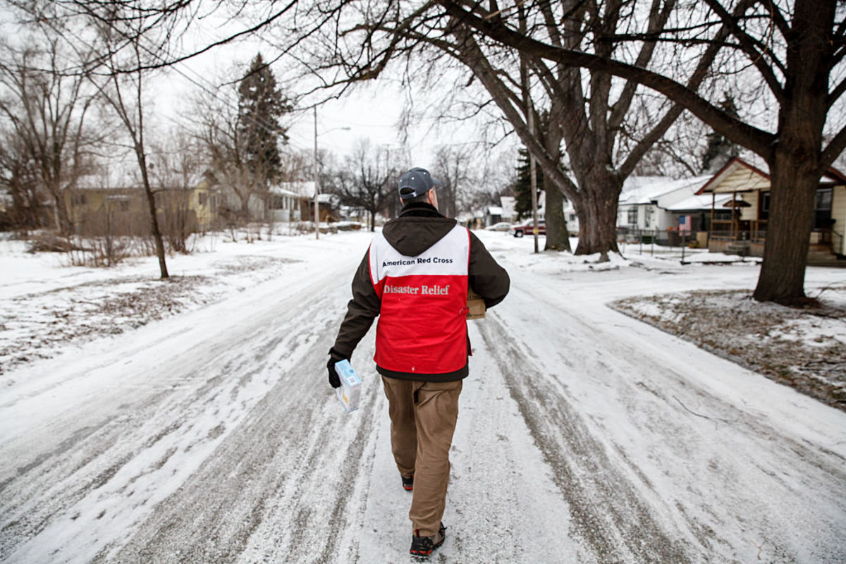 An American Red Cross volunteer delivers water and filters in Flint, Michigan. (Photo: Sarah Rice/Getty Images)