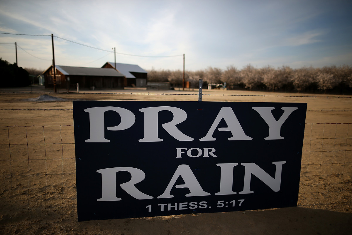 A sign is posted near an almond farm in Turlock, California. (Photo: Justin Sullivan/Getty Images)