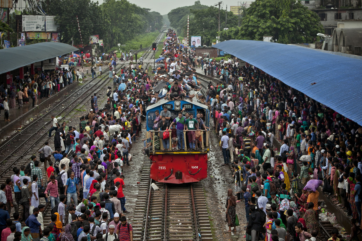 People crowd onto a train in Dhaka, Bangladesh. (Photo: Allison Joyce/Getty Images)