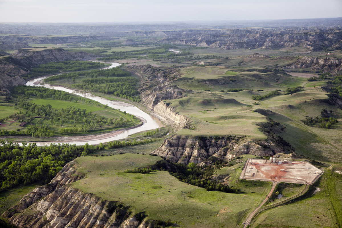 Oil pad near the Little Missouri River. (Photo: NPCA Photos/Flickr)
