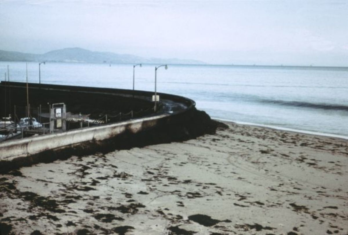 Oil piled up at the seawall near the Santa Barbara Harbor in 1969. (Photo: Antandrus/Wikimedia Commons)