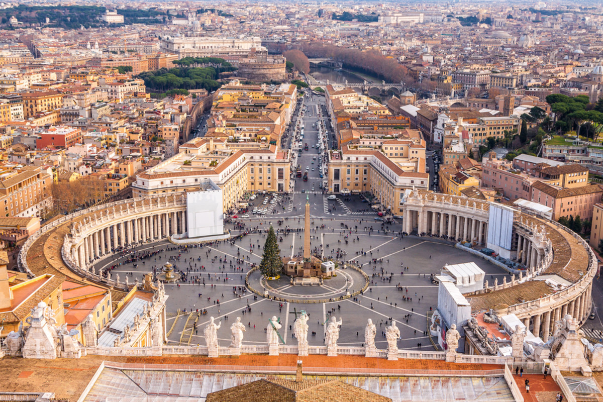 Saint Peter's Square in the Vatican. (Photo: S-F/Shutterstock)