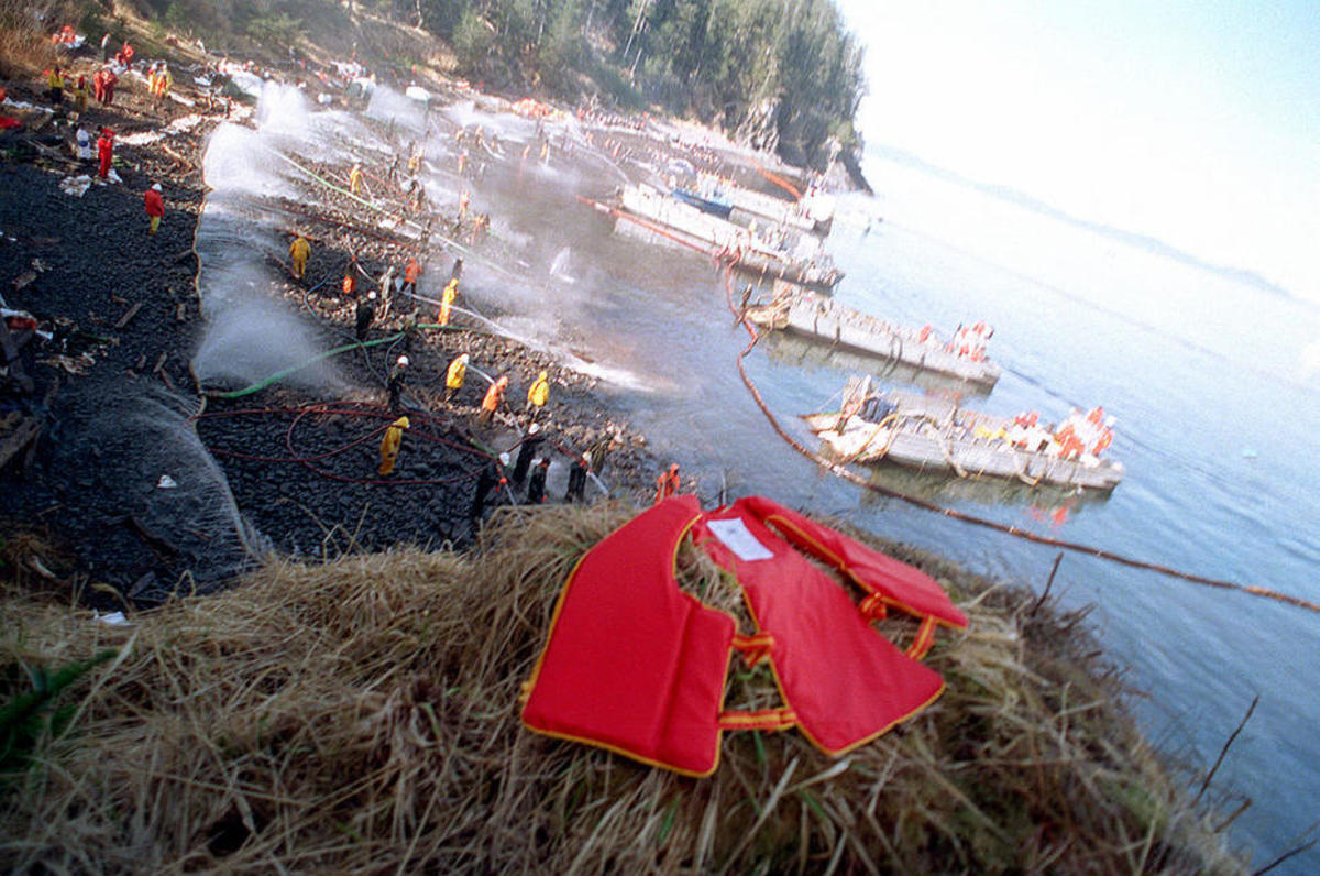 Navy and civilian personnel using hoses during the Exxon Valdez cleanup effort in May 1989. (Photo: U.S. Navy)
