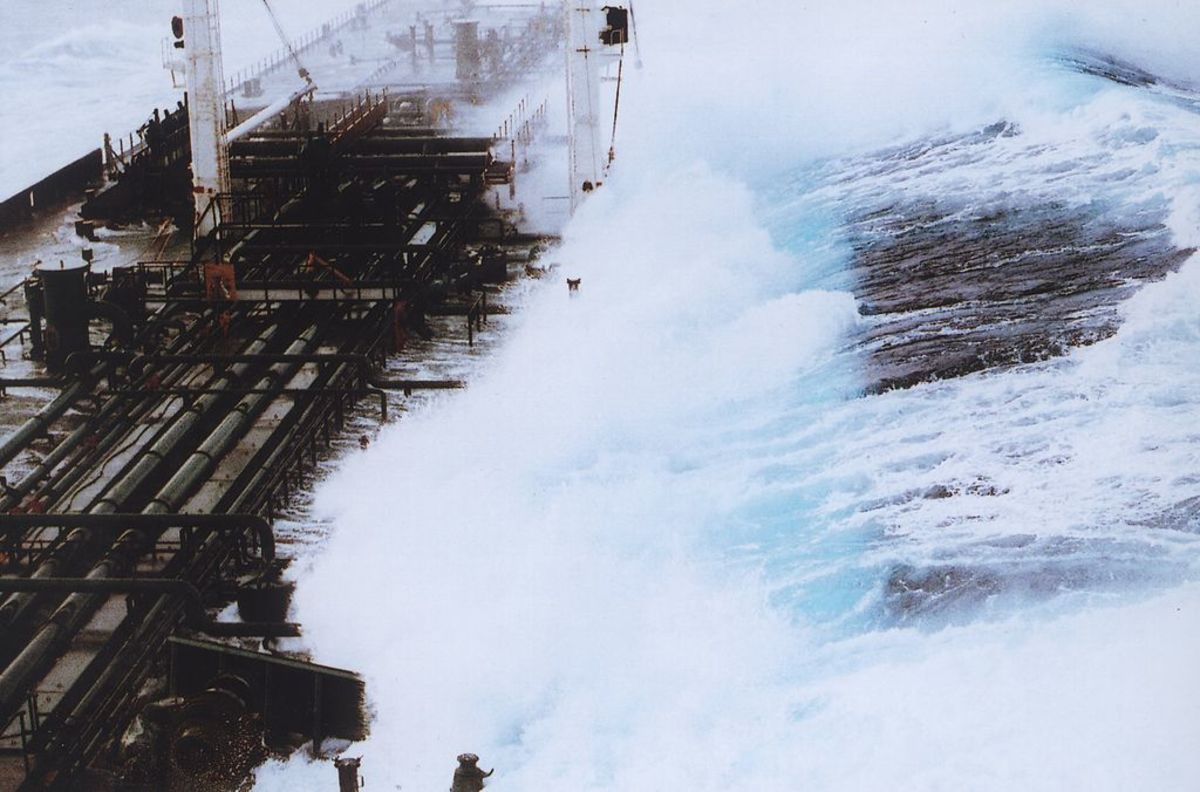 Rogue wave sequence showing 60-foot-plus wave hitting a tanker headed south from Valdez, Alaska. (Photo: Captain Roger Wilson/Wikimedia Commons)