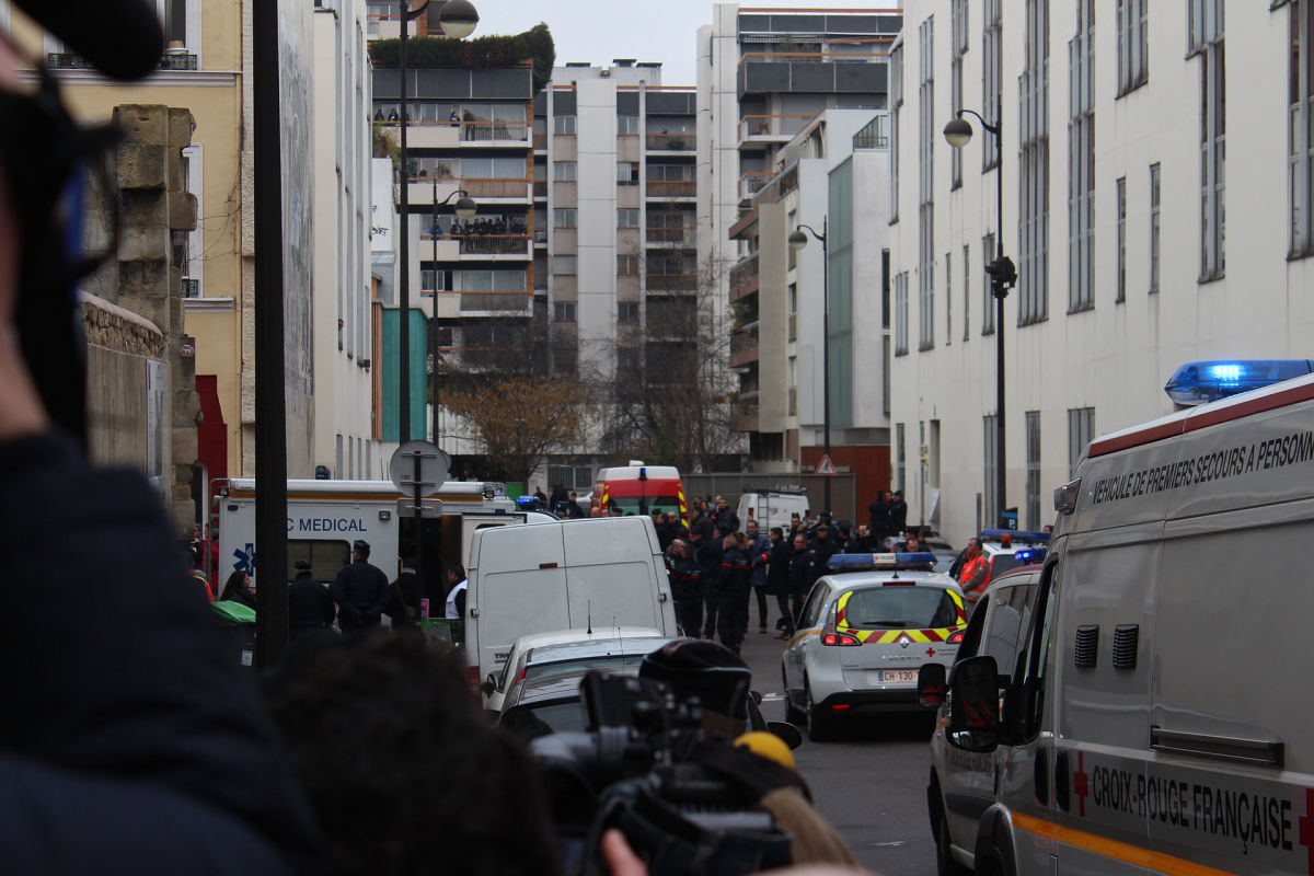 Journalists, policemen, and emergency services in the street of the shooting, a few hours after the January 2015 attack on Charlie Hebdo. (Photo: Thierry Caro/Wikimedia Commons)