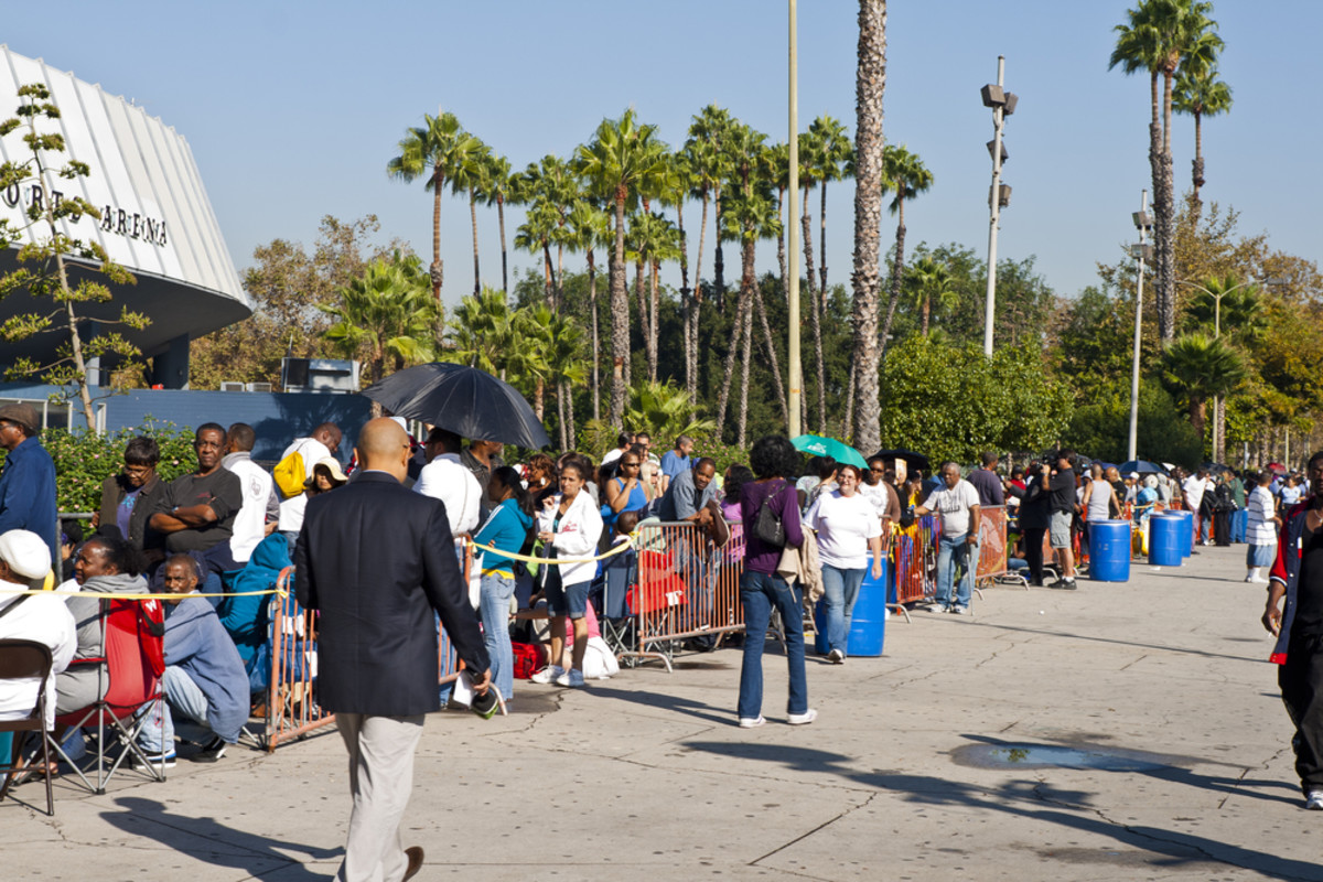 People without medical insurance wait in long lines around the block to see doctors at a free medical clinic in Los Angeles, in 2011. (Photo: Gerry Boughan/Shutterstock)