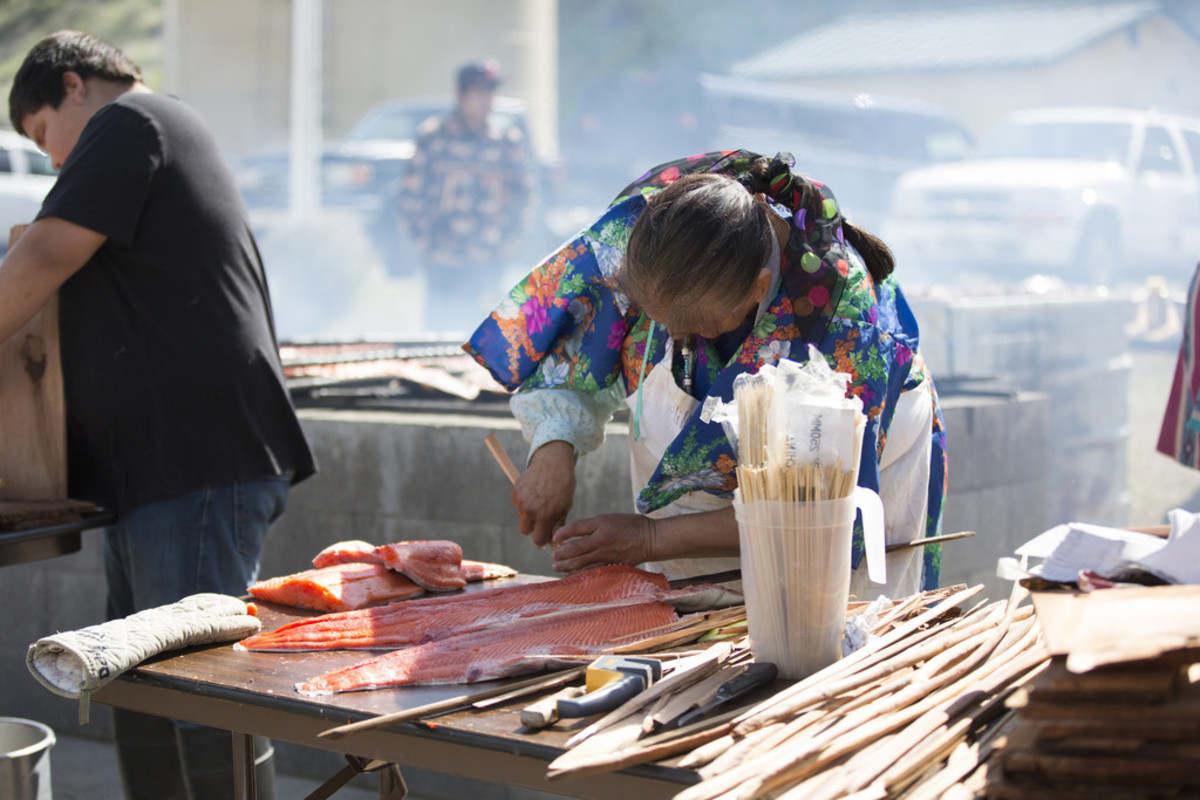 Woman from the Confederated Tribes of Warm Springs prepares salmon. (Photo: Alyssa Macy)