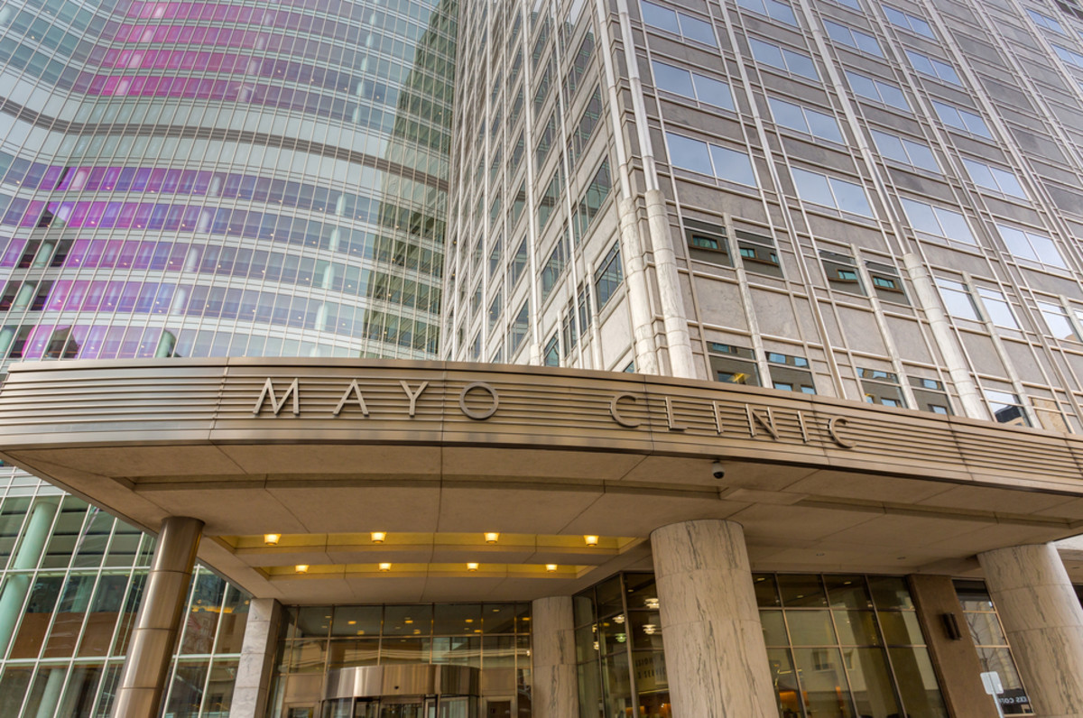 The Mayo Clinic entrance and sign in Rochester, Minnesota. (Photo: Ken Wolter/Shutterstock)