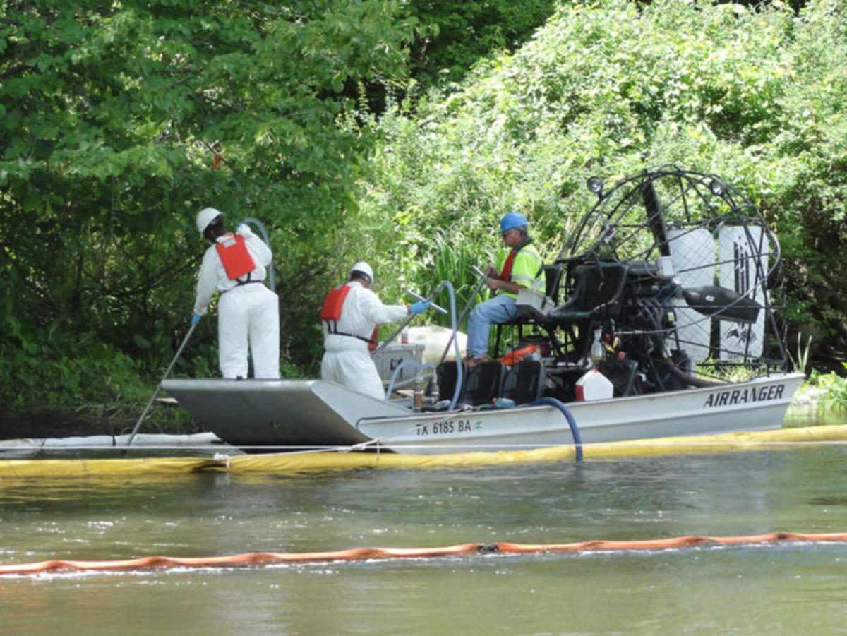 Submerged oil recovery on the Kalamazoo River. (Photo: Environmental Protection Agency)