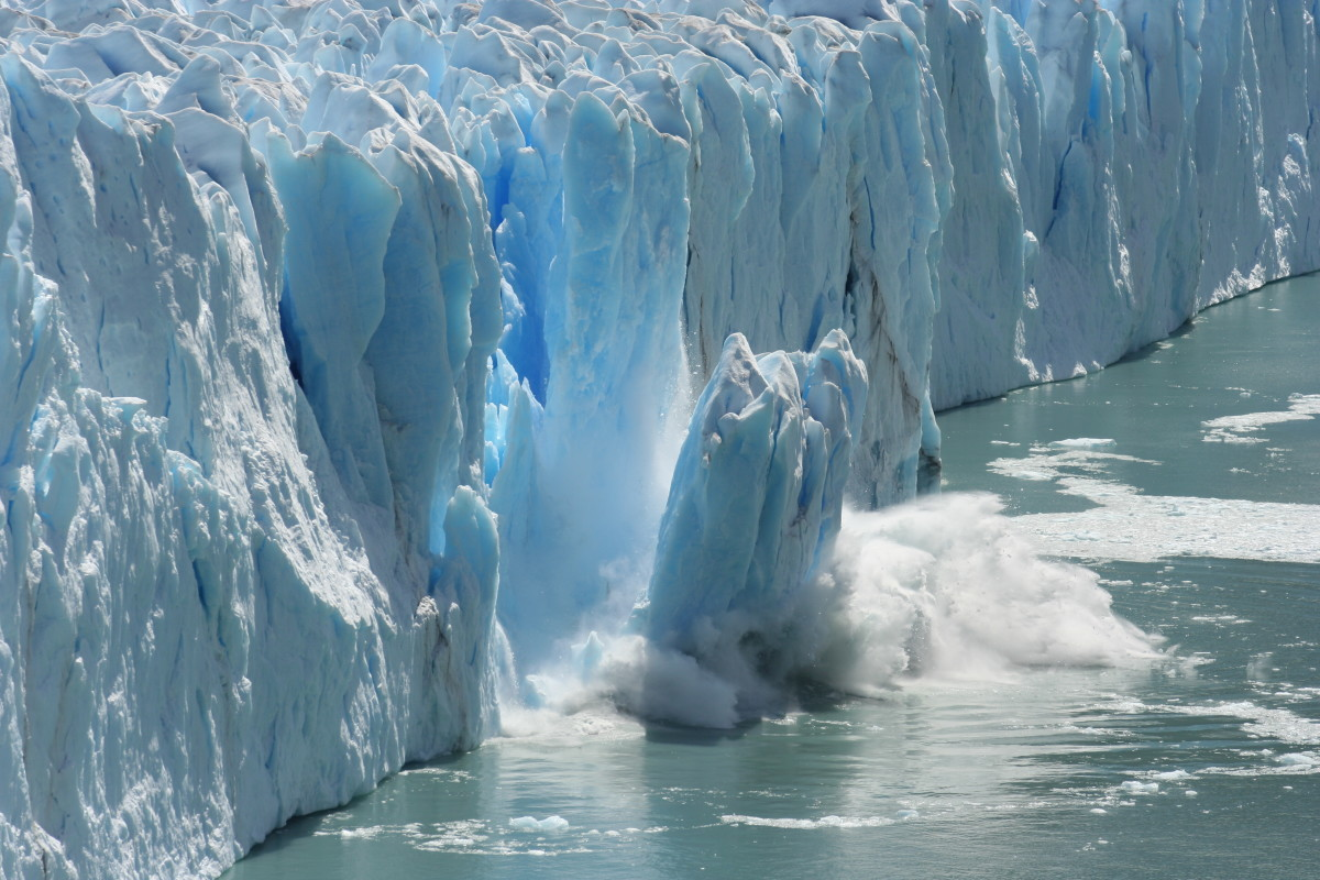 A melting glacier. (Photo: Bernhard Staehli/Shutterstock)