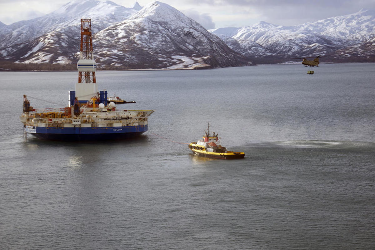 A helicopter comes to the aid of the Kulluk, a Shell drilling rig that ran aground in the Gulf of Alaska in December 2012. (Photo: Staff Sergeant Aaron M. Johnson/U.S. Air Force)