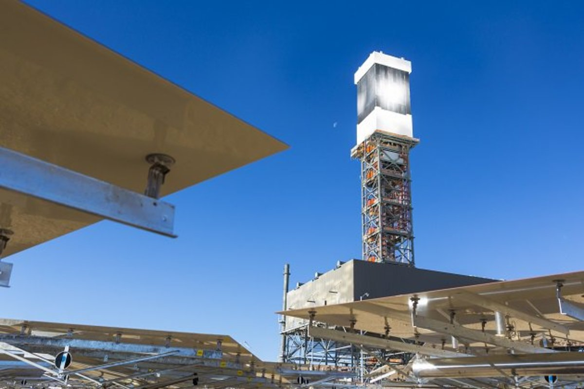 Ivanpah's mirrors reflect the Mojave desert sun up to one of three power towers. (Photo: BrightSource Energy)