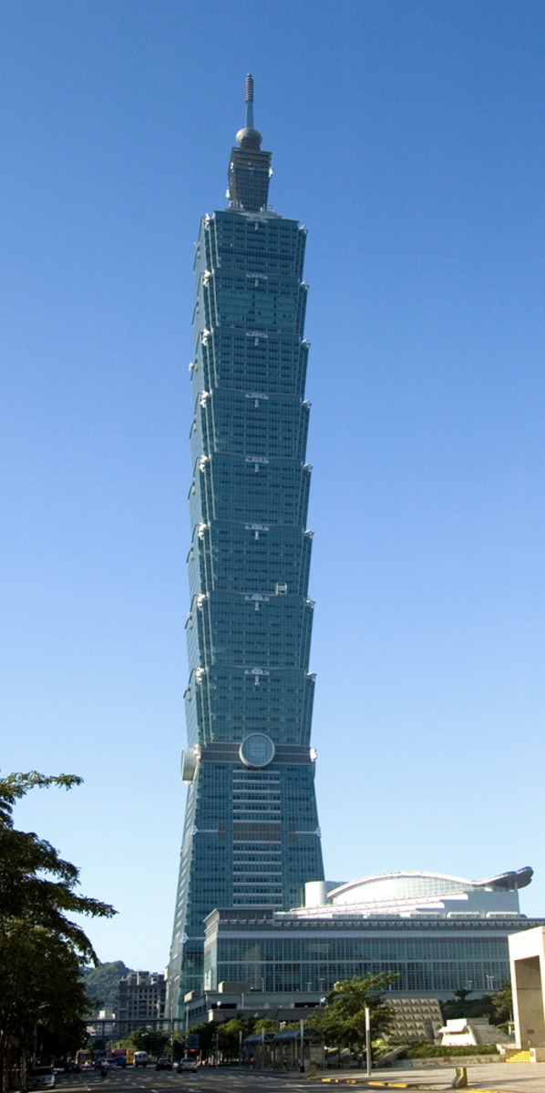 Taipei 101, located in Taiwan, is the tallest and largest green building of LEED Platinum certification in the world since 2011. (Photo: Alton Thompson/Wikimedia Commons)