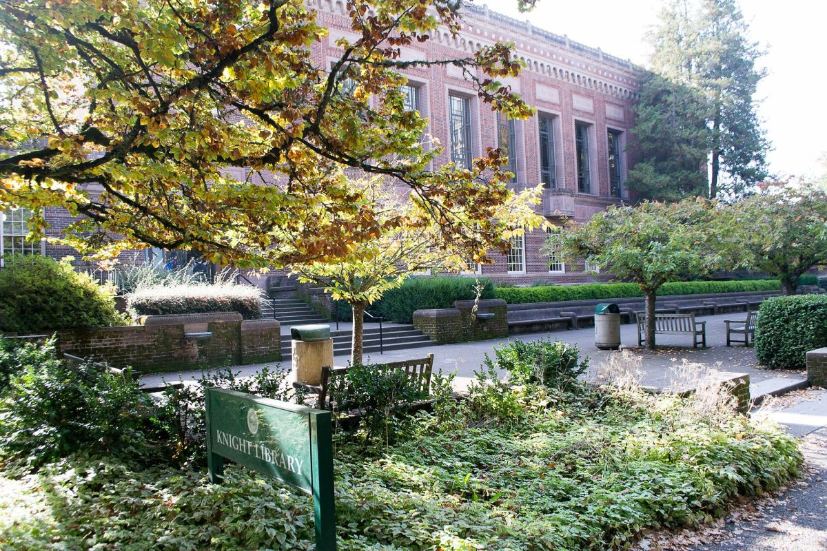 The Knight Library at the University of Oregon. (Photo: Visitor7/Wikimedia Commons)
