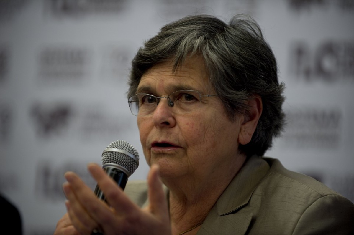 Photo showing Ruth Dreifuss speaking into a microphone