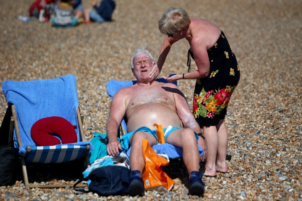 A couple relaxes on the beach on the hottest weekend of the year so far on April 9th, 2017 in Brighton, England. (Photo: Charlie Crowhurst/Getty Images)