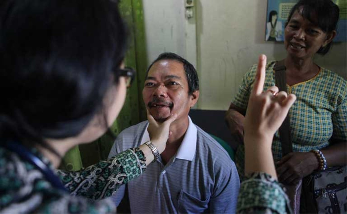 A vision test at the ASRI clinic. (Photo: Roni Bintang/Mongabay)