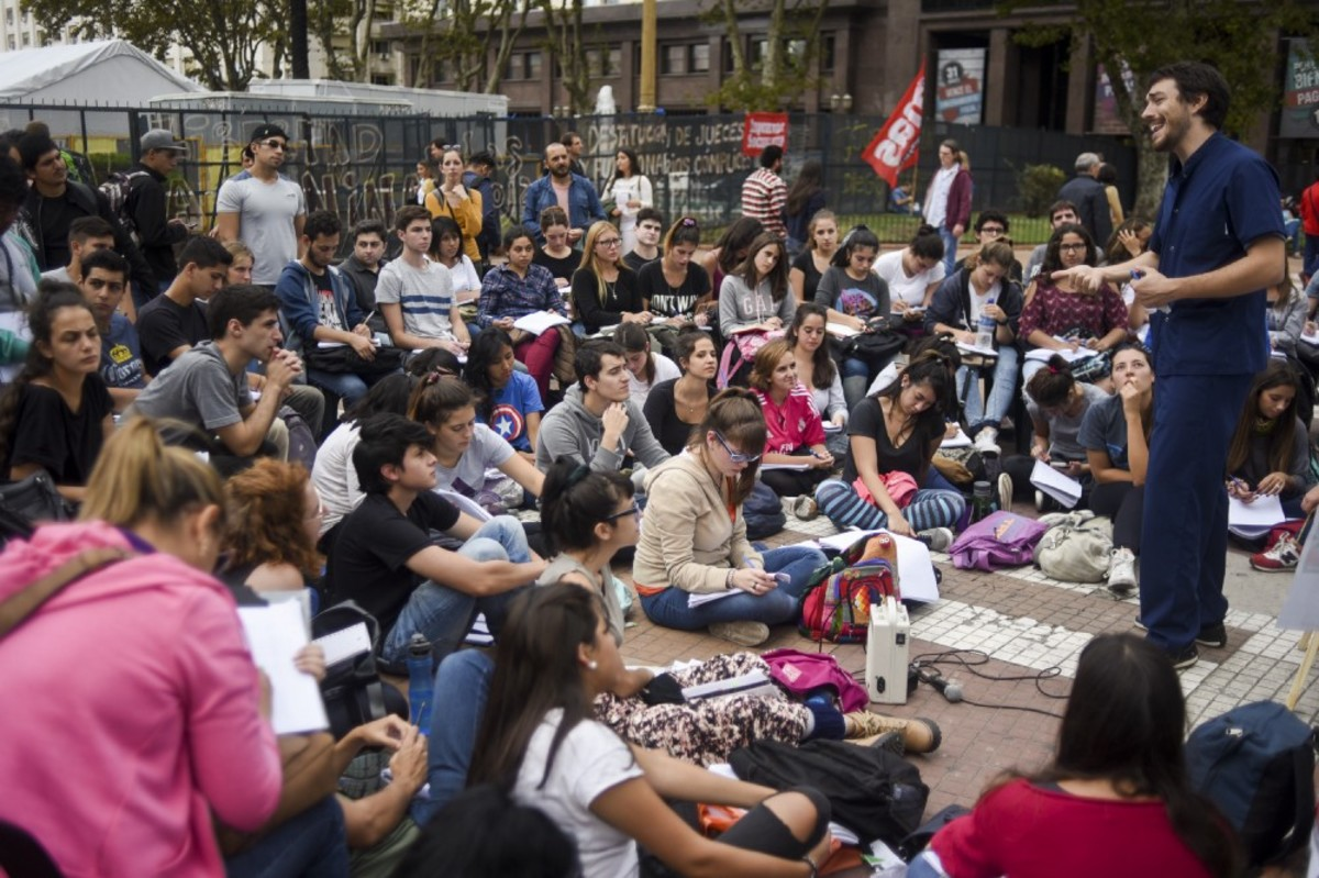 A professor gives free classes in front of the Casa Rosada in Buenos Aires, Argentina, as part of a 24-hour national strike on April 11th, 2017. (Photo: Eitan Abramovich/AFP/Getty Images)