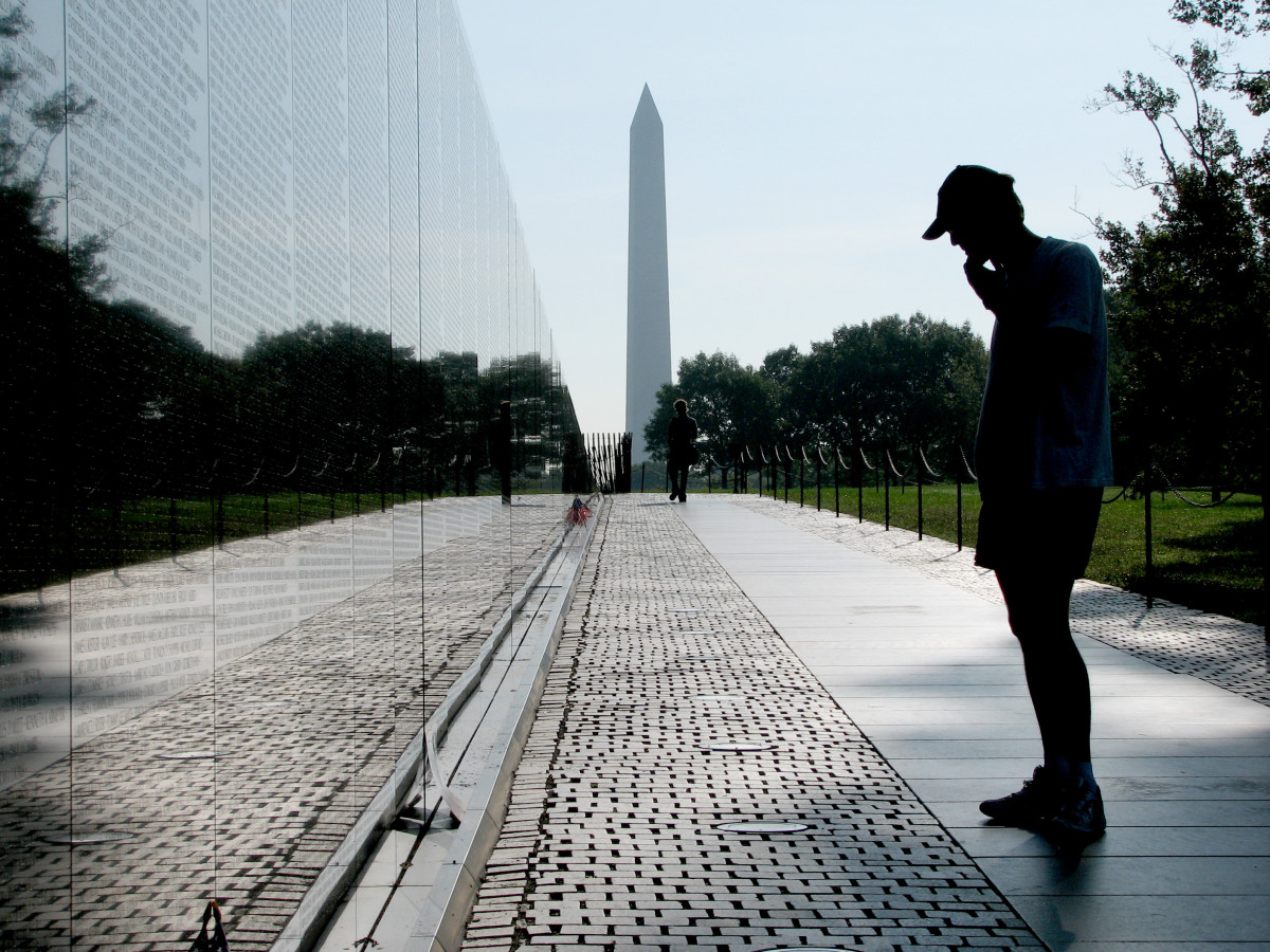 Vietnam_Veterans_with_Washington_Monument