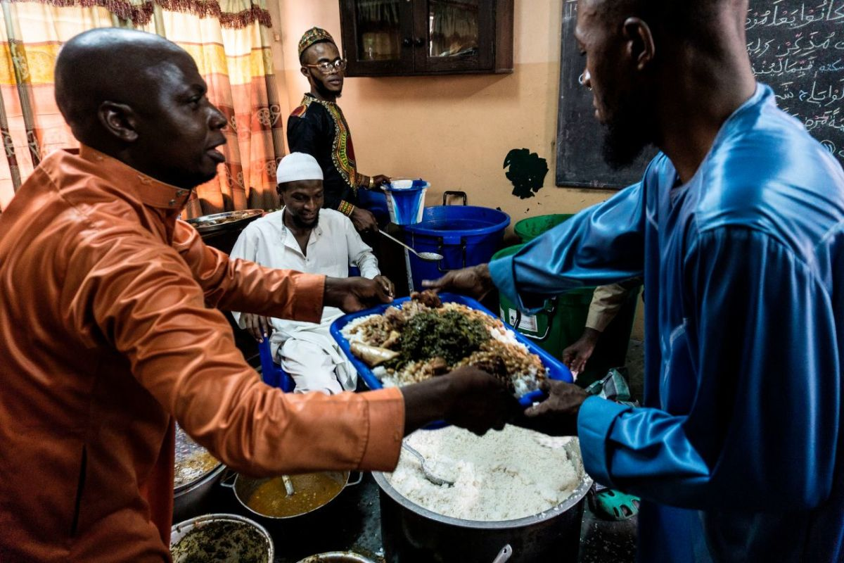 People distribute food to fellow Muslim worshippers before breaking the Ramadan fast on June 25th, 2017, in Kinshasa, Democratic Republic of the Congo.
