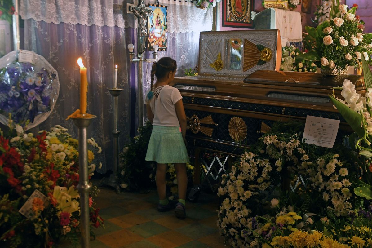 A girl grieves during the funeral of priest Walter Osmir Vásquez Jiménez, who was murdered by alleged gang members of the MS, in Lolotique, El Salvador, on April 1st, 2018.