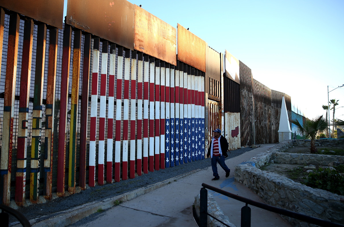Uberlegen A View Of The U.S. Mexican Border Fence At Playas De Tijuana In Tijuana,