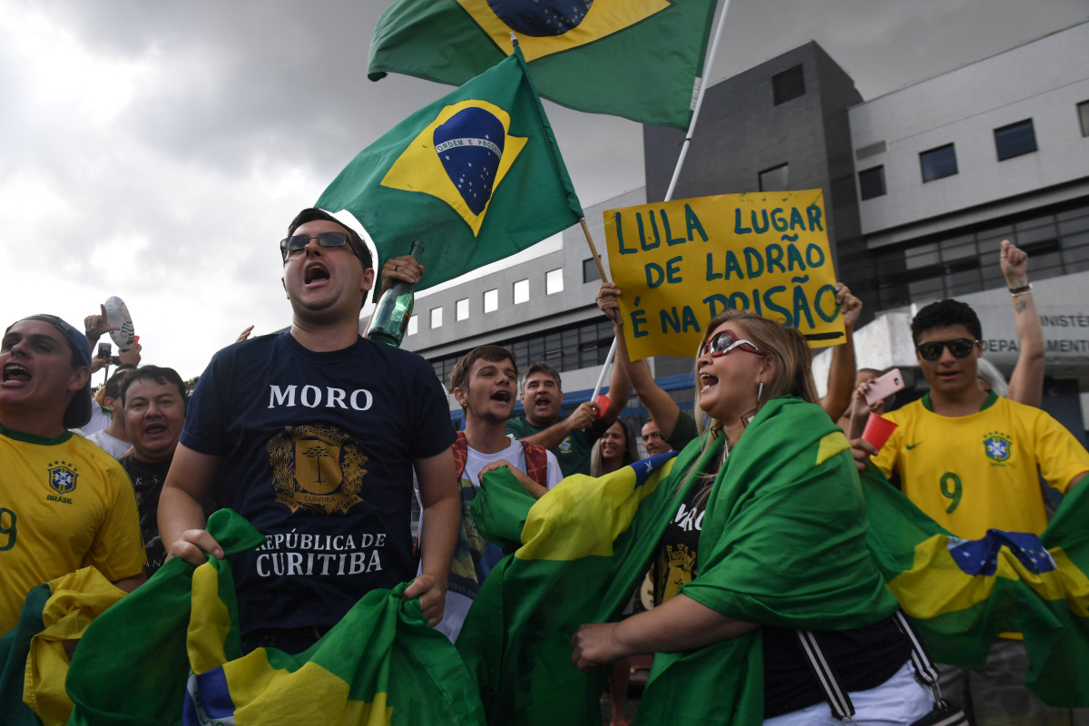 3cbe35fd6d63d People demonstrate against former Brazilian president Luiz Inacio Lula da  Silva outside the Federal Police headquarters