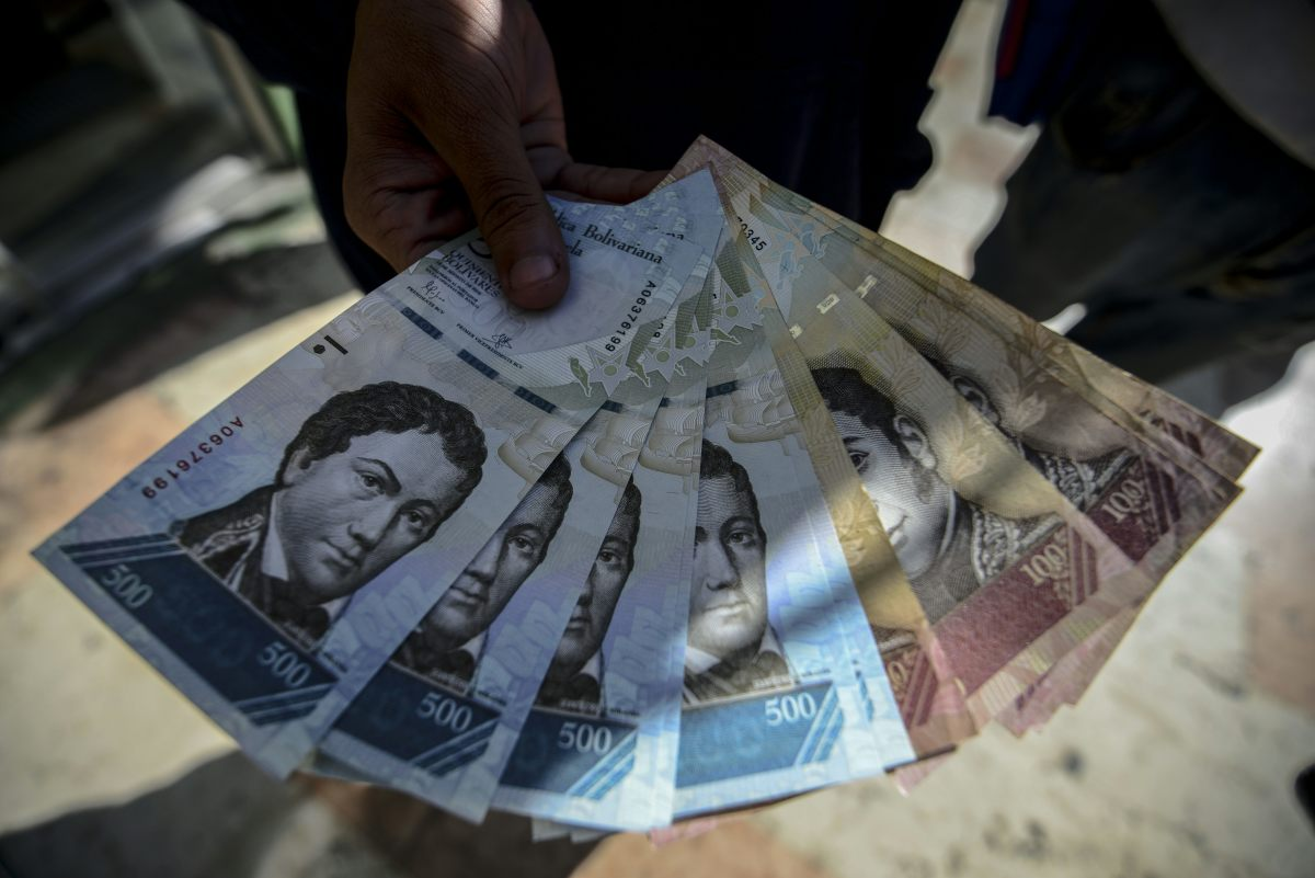 A man shows new 500-Bolivar-notes (74 cents) in Caracas on January 16th, 2017. A new family of currency will progressively come into circulation in the South American country that has the highest inflation rate in the world.