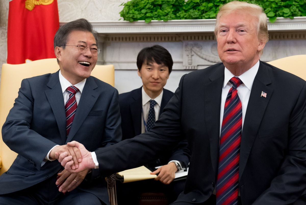 U.S. President Donald Trump and South Korean President Moon Jae-in shake hands during a meeting in the Oval Office of the White House in Washington, D.C., on May 22nd, 2018. Donald Trump welcomed South Korea's president to the White House Tuesday, a high stakes and potentially testy meeting that could decide whether the U.S. leader's much-vaunted summit with Kim Jong-un goes forward..