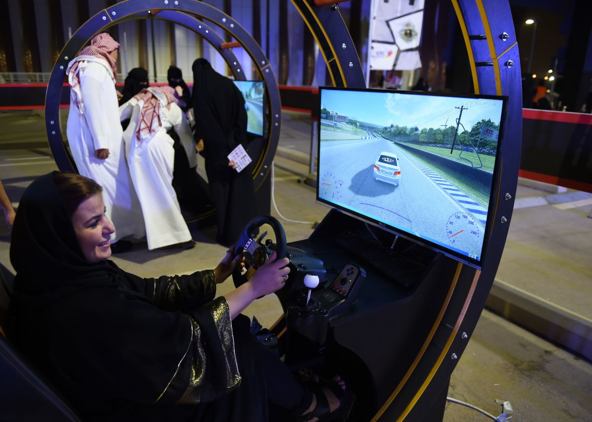A Saudi woman uses an electronic driving simulator during a go-cart driving workshop for women in Riyadh on June 21st, 2018.
