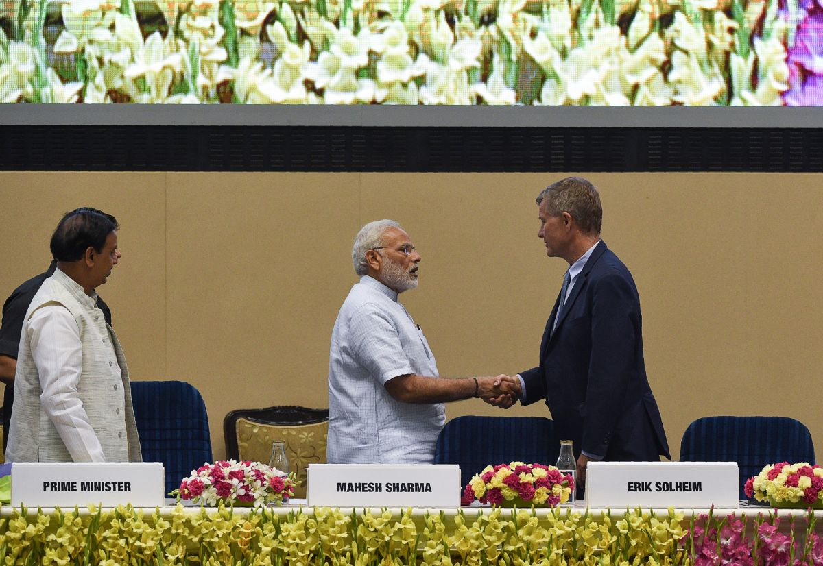 India's Prime Minister Narendra Modi (C) shakes hands with United Nations environment chief Erik Solheim during a plenary session on the occasion of World Environment Day in New Delhi on June 5th, 2018.