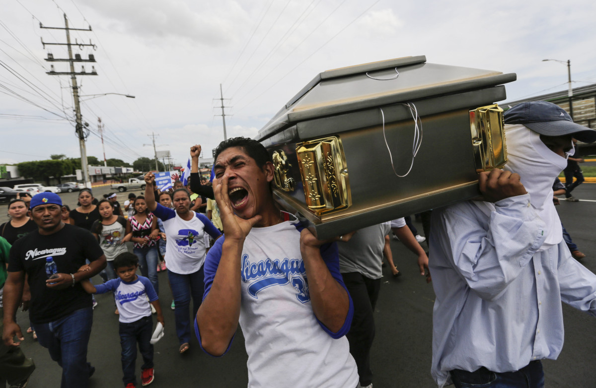 Friends and relatives carry the coffin containing the body of the student Gerald Velazquez, shot dead during clashes with riot police in a church near the National Autonomous University of Nicaragua in Managua on July 16th, 2018. Government forces in Nicaragua on Saturday shot dead two young men at a protest site in a church, the clergy said, on the third day of nationwide demonstrations against President Daniel Ortega, a former revolutionary hero now accused of authoritarianism.