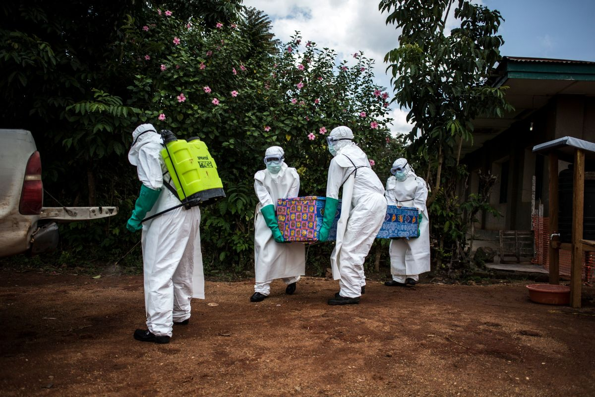 Health workers carry out the body of a patient with unconfirmed Ebola virus on August 22nd, 2018, in Mangina, near Beni, in the North Kivu province.